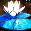 Kék tavirózsa tiffany mécsestartó dísz, Otthon, lakberendezés, Dekoráció, Karácsonyi, adventi apróságok, Gyertya, mécses, gyertyatartó, Mindenmás, Üvegművészet, Gyönyörű lótuszvirág hófehér szirmokkal és izgalmas kék üveg-levélen. A lótusz nemcsak a tisztaságo..., Meska