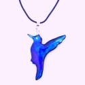Szivárványos -kék kolibri Tiffanyüvegből kifaragva, Ékszer, óra, Medál, Üvegművészet, Mindenmás, Csodaszép üvegből kifaragott világító kék kolibri enyhe lilás és zöldes színjátékkal. Nagyon finom ..., Meska