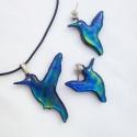 Szivárványos -kék kolibri szett Tiffanyüvegből kifaragva, Ékszer, óra, Medál, Üvegművészet, Mindenmás, Csodaszép üvegből kifaragott világító kék kolibri medál és fülbevaló enyhe lilás és zöldes színjáté..., Meska
