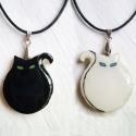 2- az 1-ben fekete -fehér  kétoldalú macskás medál , Ékszer, óra, Medál, Üvegművészet, Festészet, 2 az 1-ben medál. Ez egy igazán kis hamis macska, de annál bájosabb, ezért szeretjük őket. Ennek az..., Meska