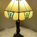 Pillangós tiffany lámpa, Otthon, lakberendezés, Dekoráció, Bútor, Lámpa, Mindenmás, Üvegművészet, Klasszikus Tiffany asztali lámpa  Egyedi tervezésű búra bézs- törtfehér színben alján egyik oldalán..., Meska