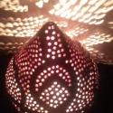 Vörös lámpa zöldes-bordó indákkal, Otthon, lakberendezés, Lámpa, Hangulatlámpa, Asztali lámpa, Kerámia, A korongozott lámpatest áttörése kézzel készült. Az áttört részeken színe bordó, az áttöretlen inda..., Meska