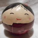 Lány kokeshi szakura virággal, Dekoráció, Otthon, lakberendezés, Dísz, Kerámia, A gömb alakú vagy maru kokeshi a kokeshik egyik jellegzetes típusa. Az itt látható baba egy bájos l..., Meska