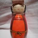 Lány kokeshi narancssárga ruhában, piros kabátkában, Dekoráció, Otthon, lakberendezés, Dísz, Kerámia, Az itt látható lány kokeshi ruhája narancssárga, melyet piros kabát takar. A kettőt egy okker színű..., Meska