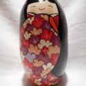Lány kokeshi színes virágokkal díszített ruhában, Dekoráció, Otthon, lakberendezés, Dísz, Kerámia, A lány kokeshi széles ujjú ruhát visel, melyet színes - bordó, piros, fehér, sárga, világos lila - ..., Meska