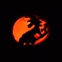 Boszorkány mintás töklámpa mécses, Otthon, lakberendezés, Gyertya, mécses, gyertyatartó, Kerámia, A töklámpa alakú mécses hagyományos mintája helyett egy boszorkány látható, amint seprűjén lovagol...., Meska