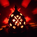 Piros-fehér virágmintás gömb alakú lámpa, Dekoráció, Otthon, lakberendezés, Dísz, Lámpa, Kerámia, Az itt látható gömb alakú lámpa tetejét csúcsdísz koronázza. A lámpa kidomborodó hasi részén 4 kör ..., Meska