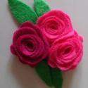 Virágos csat/kitüző, Ruha, divat, cipő, Ékszer, óra, Hajbavaló, Bross, kitűző, Varrás, Gyapjú és viszkóz filcből készült ez a kis vidám virágos csokor, így kisbabáknak is ajánlható. Hátu..., Meska