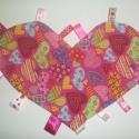 Szívecskés címkerongyi szalagokkal,designer textilből,szív alakban, Baba-mama-gyerek, Játék, Baba-mama kellék, Plüssállat, rongyjáték, Varrás, Designer pamutvászonból készült, szívecskés szív alakú rongyi! Igazi kislányos darab!   Hátoldalát ..., Meska