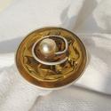 Aranyba borulva , Ékszer, óra, Gyűrű, Ékszerkészítés, Újrahasznosított alapanyagból készült termékek, Aranyba borul gyűrű. Kávékapszulából készült gyűrű, arany alapon barnás közép és egy elegáns gyöngg..., Meska