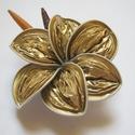 Aranyló virág , Ékszer, óra, Bross, kitűző, Ékszerkészítés, Újrahasznosított alapanyagból készült termékek, Az újrahasznosítás jegyében készült ez a bross, arany kávékapszulából. Papírgyönggyel díszítve.  Ig..., Meska