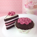 Csokis muffin és tortaszelet, Dekoráció, Játék, Dísz, Baba, babaház, Varrás, Gyapjúfilcből készült élethű muffin és tortaszelet. Babakonyhába gyerekeknek vagy akár dekorációkén..., Meska