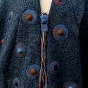 Tiame szürke aszimetrikus  poncsó kabátka kitűzővel, Ruha, divat, cipő, Női ruha, Poncsó, Varrás, Nemezelés, Csak rendelésre! Meleg lágy gyapjú szövetből készült ujjas poncsó széles aszimmetrikus kihajtott ga..., Meska