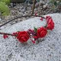 Hajpánt - piros rózsácskák, Esküvő, Ruha, divat, cipő, Hajdísz, ruhadísz, Hajbavaló, Virágkötés, Hajpánt textil virágokal, levelekel, füvekel és gyümölcsökel díszítettem.  A hajpánt kényelmes.   , Meska