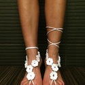 Horgolt lábdísz - fehér virágok, Ruha, divat, cipő, Esküvő, Cipő, papucs, Cipő, cipőklipsz, Horgolás, Horgolt lábdísz - fehér virágok  Fehér pamutfonalból horgolt lábdísz, gyöngyökkel díszítve.  Igazán..., Meska