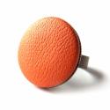 Narancs bőr gyűrű, Ékszer, óra, Gyűrű, Ékszerkészítés, Narancs színű textilbőrrel bevont gomb, gyűrűként.  A gomb mérete 25 mm, sárgaréz színű, állítható m..., Meska