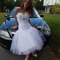 Exkluzív esküvői ruha, Esküvő, Menyasszonyi ruha, Varrás, Nagyon egyedi rövid menyasszonyi ruha mellrészén tollakkal díszítve. Színe hófehér, mérete 38-as de..., Meska