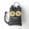 Cirmos cica textil kulcstartó, Mindenmás, Kulcstartó, Varrás, Uhu egyik barátja egy csíkos Ceca, őt ábrázolja ez a pillekönnyű kulcstartó.  A cica mérete kb. 5,5..., Meska