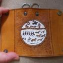 Borjúbőr kulcstartó sámános mintával, poncolt és méhviaszolt., Mindenmás, Kulcstartó, Bőrművesség, Festett tárgyak, Borjúbőr kulcstartó, sámános mintával, poncolt és  méhviaszolt., Meska