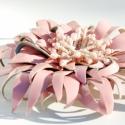 Rózsaszín lakk bőr bross, Ékszer, óra, Bross, kitűző, Bőrművesség, Ékszerkészítés, Rózsaszín valódi lakk bőrből készült bross üveggyöngyökkel díszítve. Átmérője 10 cm. Elegánsan, vid..., Meska