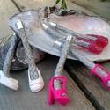Barbie cipő extrém fülbevaló, Ékszer, óra, Fülbevaló, Barbie (Steffi és egyéb) baba cipőkből továbbhasznosított lógós fülbevaló. Ezüstre festett kenderköt..., Meska