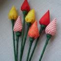tulipán mánia, Dekoráció, Dísz, Ünnepi dekoráció, Húsvéti apróságok, Mindenmás, Pamutvászonból készült tulipánok. A virágokat frízzel béleltem.A szára hurkapálca amit virágkötöző ..., Meska
