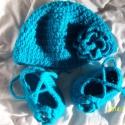Bébi együttes kislányoknak, Ruha, divat, cipő, Kendő, sál, sapka, kesztyű, Sapka, Cipő, papucs, Horgolás, Saját készítésű horgolt vastag (téli) sapka és kis cipő.Csillám szálas pihe-puha kék fonalból készí..., Meska