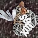 Karácsonyi dísz szív fából, Dekoráció, Dísz, Famegmunkálás, Festészet, 15 cm-es, fa háncsbóll készül díszített sziv, csörgőkkel, fa dekorációval, festett kiegészítőkkel. ..., Meska