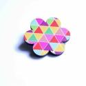 Geometrikus Virág - kitűző - Woody kollekció, Ékszer, óra, A kitűző a következő anyagokból készült:   * geometrikus mintákkal nyomott fa virág  * kitűző   Mére..., Meska