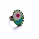 Zöld virág - textilékszer - gyűrű, Ékszer, óra, Gyűrű, A gyűrű a következő anyagokból készült:  * zöld alapon fehér virágos textil * sárgaréz filigrán alap..., Meska