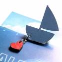 Kék hajó szívvel - kitűző - Woody kollekció, Ékszer, óra, A kitűző a következő anyagokból készült:   * kék színű vitorláshajó * piros szív lógó * kitűző   Mér..., Meska