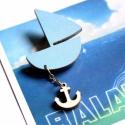Kék hajó horgonnyal - kitűző - Woody kollekció, Ékszer, óra, A kitűző a következő anyagokból készült:   * kék színű vitorláshajó * natúr fa színű horgony * kitűz..., Meska