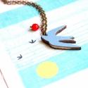 Kék madár - nyaklánc sirállyal - Woody kollekció, Ékszer, óra, Nyaklánc, A nyaklánc a következő anyagokból készült:  * kék színű sirály fából * piros üveggyöngy * sárgaréz l..., Meska