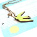 Zöld madár - nyaklánc sirállyal - Woody kollekció, Ékszer, óra, Nyaklánc, A nyaklánc a következő anyagokból készült:  * zöld színű sirály fából * bronz üveggyöngy * sárgaréz ..., Meska