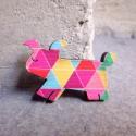 Geometrikus Kutya - kitűző - Woody kollekció, Ékszer, óra, A kitűző a következő anyagokból készült:   * geometrikus mintákkal nyomott fa kutyus * kitűző   Mére..., Meska