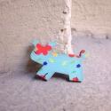 Türkiz Kutya - kitűző - Woody kollekció, Ékszer, óra, A kitűző a következő anyagokból készült:   * türkiz alapon virágos mintával nyomott fa kutyus * kitű..., Meska