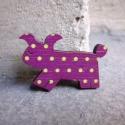 Lila Kutya - kitűző - Woody kollekció, Ékszer, óra, A kitűző a következő anyagokból készült:   * lila alapon almazöld pöttyös mintával nyomott fa kutyus..., Meska