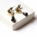 Minimál háromszög - geometrikus bedugós fülbevaló - fekete, Ékszer, óra, Fülbevaló, A fülbevaló a következő anyagokból készült:   * fekete üveggyöngy * sárgaréz háromszög * sárgaréz be..., Meska