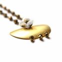 Félhold - geometrikus lánc - bronz- design ékszer, Ékszer, óra, Nyaklánc, A nyaklánc a következő anyagokból készült:   * nagy sárgaréz félhold  * bronz üveggyöngyök * fehér c..., Meska
