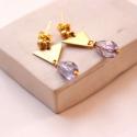 Minimál háromszög - geometrikus bedugós fülbevaló - lila , Ékszer, óra, Fülbevaló, A fülbevaló a következő anyagokból készült:   * lila üveggyöngy * sárgaréz háromszög * sárgaréz bedu..., Meska