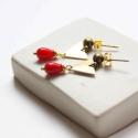 Minimál háromszög - geometrikus bedugós fülbevaló - piros, Ékszer, óra, Fülbevaló, A fülbevaló a következő anyagokból készült:   * piros üveggyöngy * sárgaréz háromszög * sárgaréz bed..., Meska