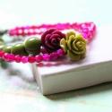 Rózsaszín rózsa - karkötő - design ékszer , Ékszer, óra, Karkötő, A karkötő a következő anyagokból készült:   * bordó és oliva zöld műgyanta rózsák * pink achát féldr..., Meska