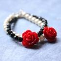 Piros rózsa - karkötő - design ékszer , Ékszer, óra, Karkötő, A karkötő a következő anyagokból készült:   * piros  műgyanta rózsák * fehér üvegtekla * fekete üveg..., Meska