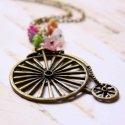 Virág és bicikli - vintage jellegű biciklis nyaklánc, Ékszer, óra, Nyaklánc, A nyaklánc a következő anyagokból van:   * biciklit ábrázoló sárgaréz medál * színes üveggyöngyök * ..., Meska