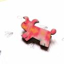 Rózsaszín mintás kutya - kitűző - Woody kollekció, Ékszer, óra, A kitűző a következő anyagokból készült:   * rózsaszín mintás mintával nyomott fa kutyus * kitűző   ..., Meska