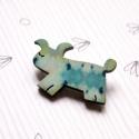 Kék mintás kutya - kitűző - Woody kollekció, Ékszer, óra, A kitűző a következő anyagokból készült:   * kékes mintával nyomott fa kutyus * kitűző   A minta Bel..., Meska