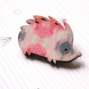 Rózsaszín mintás süni - kitűző - Woody kollekció, Ékszer, óra, A kitűző a következő anyagokból készült:   * rózsaszín mintás mintával nyomott fa süni * kitűző   A ..., Meska