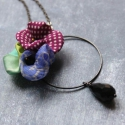 Magenta és Kék  - design ékszer - nyaklánc pipacsokkal , Ékszer, óra, Nyaklánc, A nyaklánc a következő anyagokból készült:   * kék és magenta színű selymek * fekete üveggyöngyök * ..., Meska