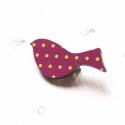 Lila pöttyös mintás madár - kitűző - Woody kollekció, Ékszer, óra, A kitűző a következő anyagokból készült:   * Lila pöttyös mintával nyomott fa madár  * kitűző    Mér..., Meska