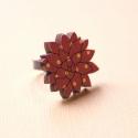 Lila Pöttyös Kövirózsa - gyűrű - Woody kollekció , Ékszer, óra, Gyűrű, A gyűrű a következő anyagokból készült:  * nyomtatott kövirózsa alakú fa lila pöttyös mintával * ezü..., Meska